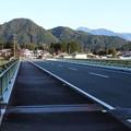 気田川に架かる橋の欄干の天狗モニュメント
