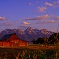 朝日のあたるOld BarnとTeton Range