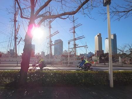 日本丸に朝日とブルベライダー。なんかいい感じ。