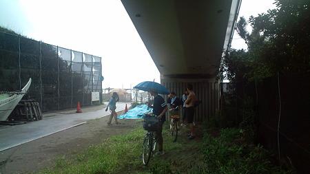 急な雨で歩道橋下に待避