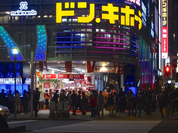 写真: 沢山の人がいた、週末のドンキホーテ名古屋栄店前