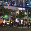 写真: 多くの人が歩いてた、週末の夜のサンシャインサカエ前の交差点 - 3