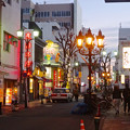 写真: レトロな雰囲気の夜の御園通商店街 - 2