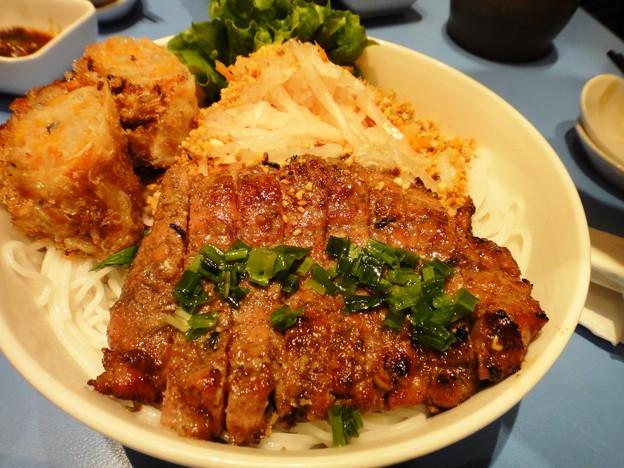茂名路 越南料理の肉と春巻きとフォーの丼