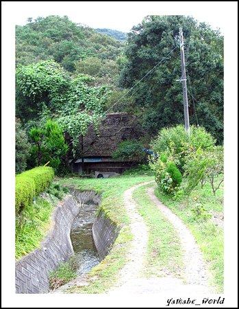 里の小道と茅葺