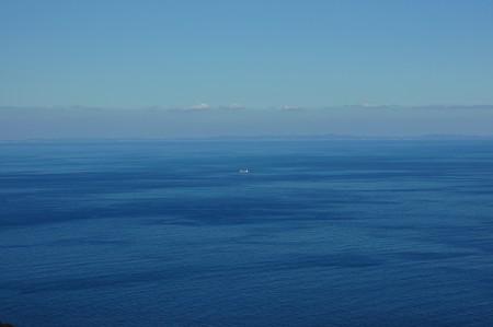 蒼い海原に船一艘