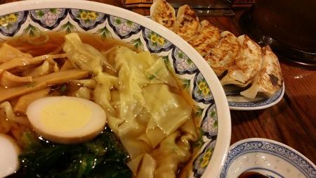 太麺のワンタン麺と餃子のセット 1,290円也