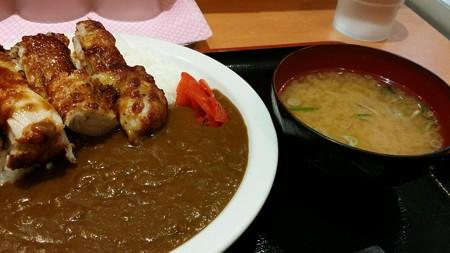朝昼兼用ご飯はグリルチキンカレー 750円也。思ったよりチキンが大きい!