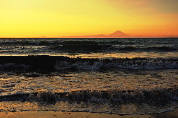 写真: 夕暮れの富士と海