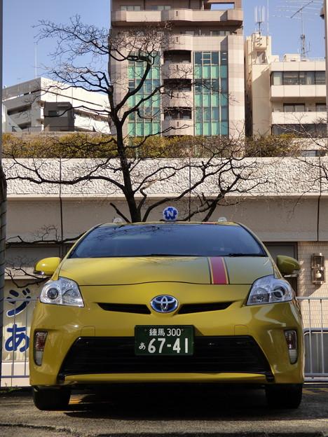 写真: どうも、黄色に赤帯のプリウスです!