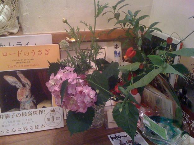 Photos: 庭の花を可愛く飾ってもらった