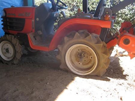トラクターのリアタイヤ、パンクする の巻