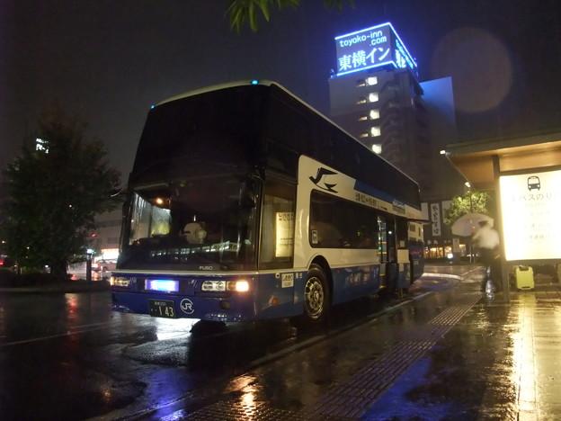 出雲市駅前で出発を待つ高速バス「スサノオ」