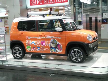 新大阪駅構内のSUZUKIの自動車