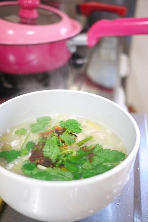 鳥はむ肉と白菜のスープにフォーを入れた