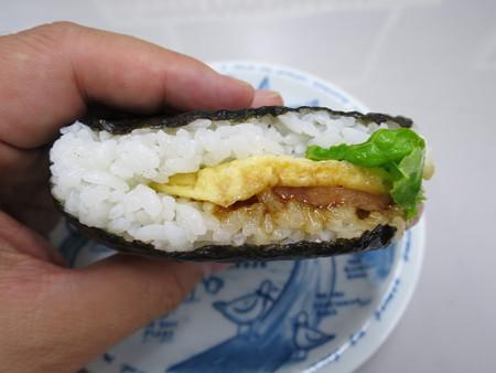 デイリーヤマザキ サンドおむすび 玉子焼ボロニアソーセージ 横から見た図