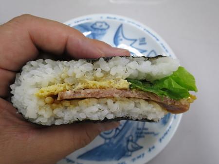 デイリーヤマザキ サンドおむすび 玉子焼ボロニアソーセージ 断面図