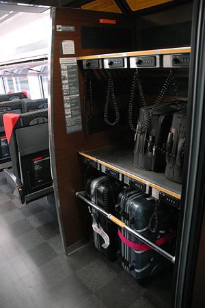 N'EX 成田エクスプレス E259系 大型荷物置き場にはダイヤルロック錠付き