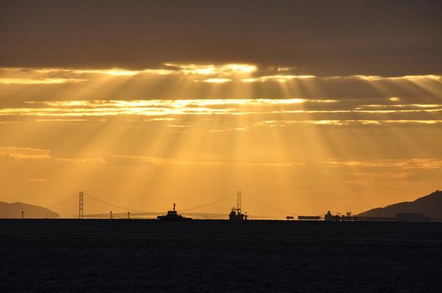 船に降り注ぐ光芒