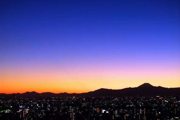 オフィスの社窓/晩秋の日没