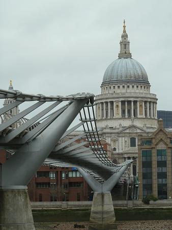 お向かいの寺院と橋