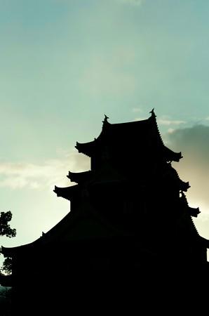 雨水の日の岡山城シルエット