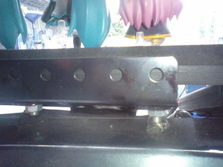 5席ユニットは、30cm×9cmの大きさの黒の鉄骨を組み、それにゴムプレー...