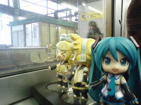 福山駅に停車。 リン:「福山雅治さんのふるさとー♪」 ミク:「例に...