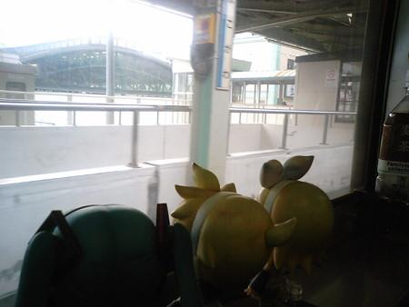 横川駅に停車。 リン:「峠のかまめしは……」 ミク:「ありませんw」