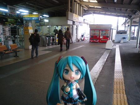 岩国駅に到着。ここで1時間7分のインターバルを取ります。 ミク:...