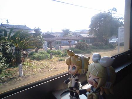 日向大束駅に停車、対向列車待ち3分。 リン:「ここのヒューは、大...