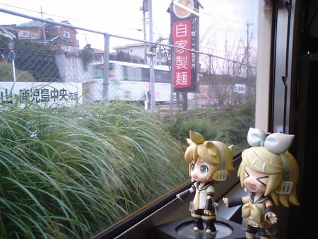 坂之上駅に停車。 リン:「坂上田村麻呂のふるさとー♪」 レン:「う...