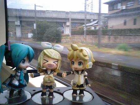 津奈木駅に停車。 リン:「さあ皆さん、お手を拝借♪♪」 ミク:「手...