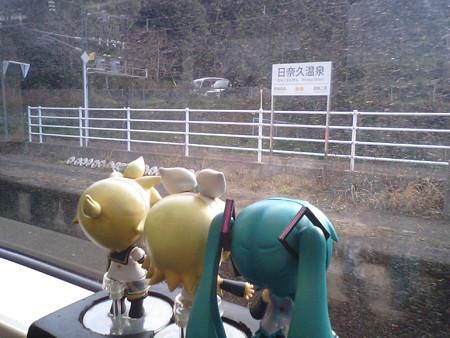 日奈久温泉駅に停車。 レン:「今回の旅は結局、温泉無しかぁ(*´Д`)=...