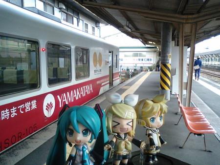 八代駅に到着。 ミク:「23分待って、次は熊本行きですね」