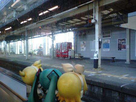 羽犬塚駅に停車。後から来る快速に先を譲るため、7分止まります。 ...