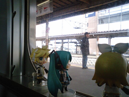 二日市駅に停車。準快速待ちで4分止まります。 レン:「準快速なん...