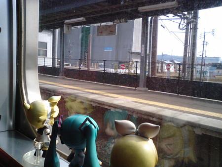ししぶ駅に停車。 リン:「ししぶ?! 鹿児島の志布志と関係あるの...