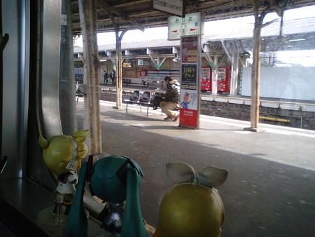 折尾駅に停車。 リン:「折尾駅で降りお」 ミク:「降りませんwww」