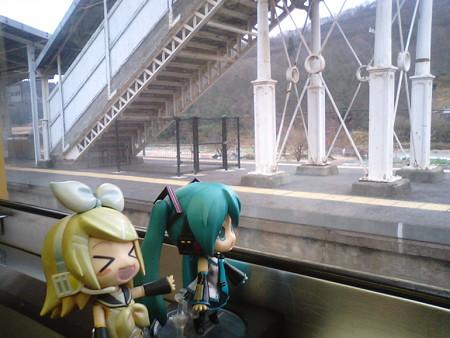 熊山駅に停車。 リン:「クマが出る出る駅?!」 ミク:「本当に最近...