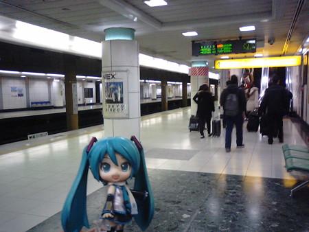空港第2ビル駅に到着。 飛行機に乗るのが初めてだから、この駅で降り...