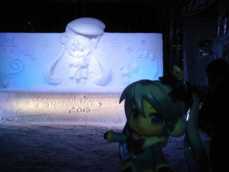 雪ミク:「西11丁目の雪ミク雪像ですよー♪ 夜の輝きも、とっても...