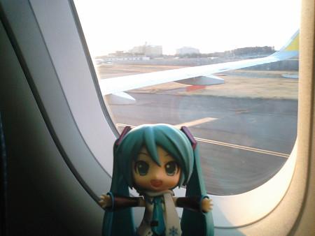 ミク:「成田空港に無事着陸しましたよー! お疲れ様でした!!」