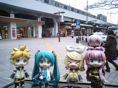 定刻に、亀有駅に到着しました。 レン:「王子行きのバスまで、1時...