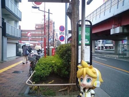 高円寺陸橋に到着。次の新代田行きバスは、陸橋下交差点を渡った先の...
