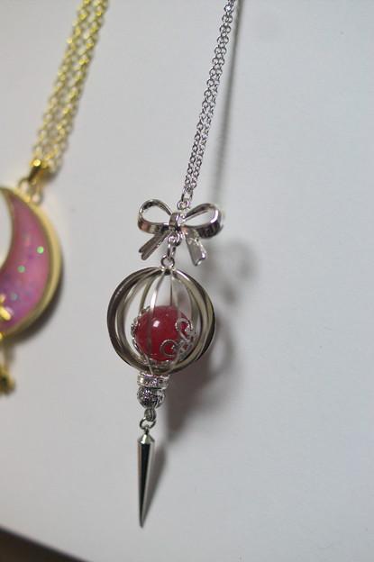 2014年の冬コミで購入したアクセサリー。Petit bonheurさんというサークルさん(@haru_k126)の作品で魔法少女風ネックレス。かわいい(*´ω`*)