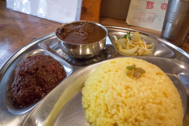 昼食。チキンカシミールとエッグマサラ。鶏肉と玉子のカレー。