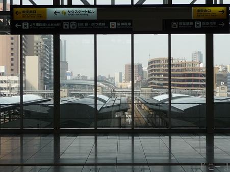 110416-17 大阪駅 (16)