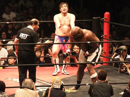 DDT 両国ピーターパン2011 〜二度あることは三度ある〜 男色ディーノvsボブ・サップ (12)
