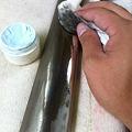 写真: ハンマーレール磨き作業